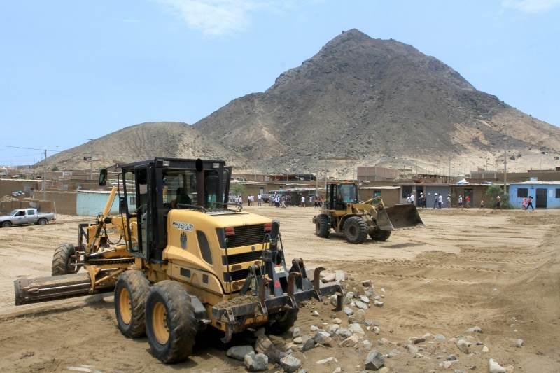 MPT realiza nivelación de suelos de campo deportivo en Villa Los angeles